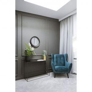 Stylistyczna spójnośc projektu wymagała, by ściany dość surowo urządzonej sypialni również zdobiły sztukaterie. Projekt: Madama. Fot. Yassen Hristov