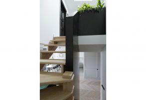 Drewniane schody prowadzą do części prywatnej apartamentu. Projekt: Madama. Fot. Yassen Hristov