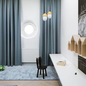 Projektanci przyłożyli szczególną wagę do wykorzystania naturalnego doświetlenia. Stąd okno-bulaj w pokoju dziecięcym. Projekt: Madama. Fot. Yassen Hristov