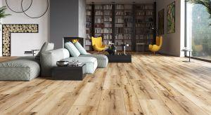 Decyzję o wymianie okładziny podłogowej podejmujemy raz na kilka, a nawet kilkanaście lat. Dlatego materiał, który będzie zabezpieczał i zdobił podłogi w naszym mieszkaniu musi być zarówno modny i efektowny, jak też trwały.