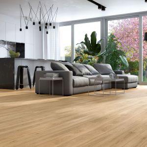 Trójwarstwowa podłoga Dab Classic 1R o stonowanej barwie i jednolitym deseniu, dostępna we wzorze długiej deski 1-rzędowej 220x14,8 cm. Fot. Baltic Wood