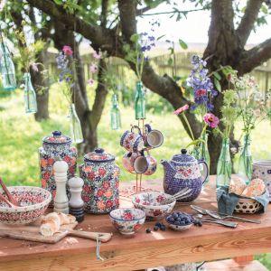 Tradycyjne naczynia ceramiczne z motywem kwiatów z kolekcji Flower Line. Fot. Manufaktura w Bolesławcu