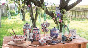 Latem z przyjemnością aranżujemy jadalnię w ogrodzie. Na letnim stole nie może zabraknąć pięknej porcelany z motywem kwiatów.