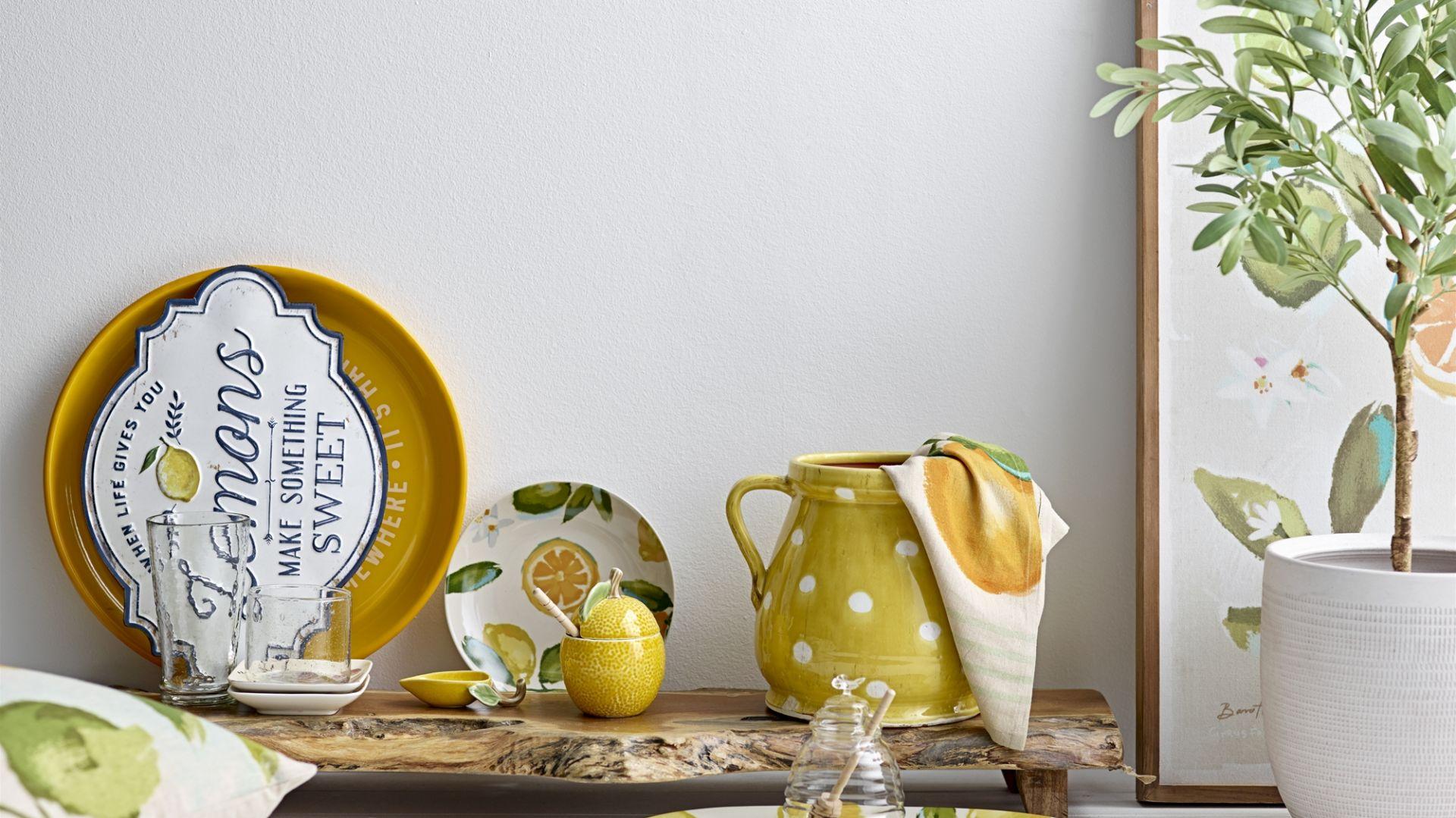 Soczyste cytryny i modna zieleń na ceramice z kolekcji Gatherings ożywią każdą aranżację stołu. Fot. Bloomingville
