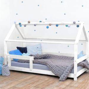 Białe łóżko dziecięce z bokami z naturalnego drewna świerkowego Benlemi Tery. Fot. Bonami.pl