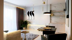 Właścicielka tego dwupokojowego mieszkania ceni sobie dobrej jakości materiały i klasyczne motywy aranżacji wnętrz w nowoczesnej odsłonie.  Projekt i zdjęcia: Ania Zbudniewek-Nowicka (Vibo Studio)