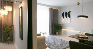 Z salonem sąsiaduje niewielka sypialnia Projekt i zdjęcia: Ania Zbudniewek-Nowicka (Vibo Studio)