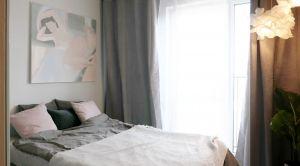 Aranżacja sypialni utrzymana w palecie delikatnych szarości, złamanych delikatnym pudrowym różem, sprzyja wyciszeniu. Projekt i zdjęcia: Ania Zbudniewek-Nowicka (Vibo Studio)