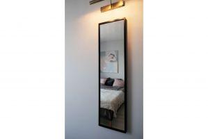 Na ścianie w sypialni nie mogło zabraknąć lustra. Projekt i zdjęcia: Ania Zbudniewek-Nowicka (Vibo Studio)