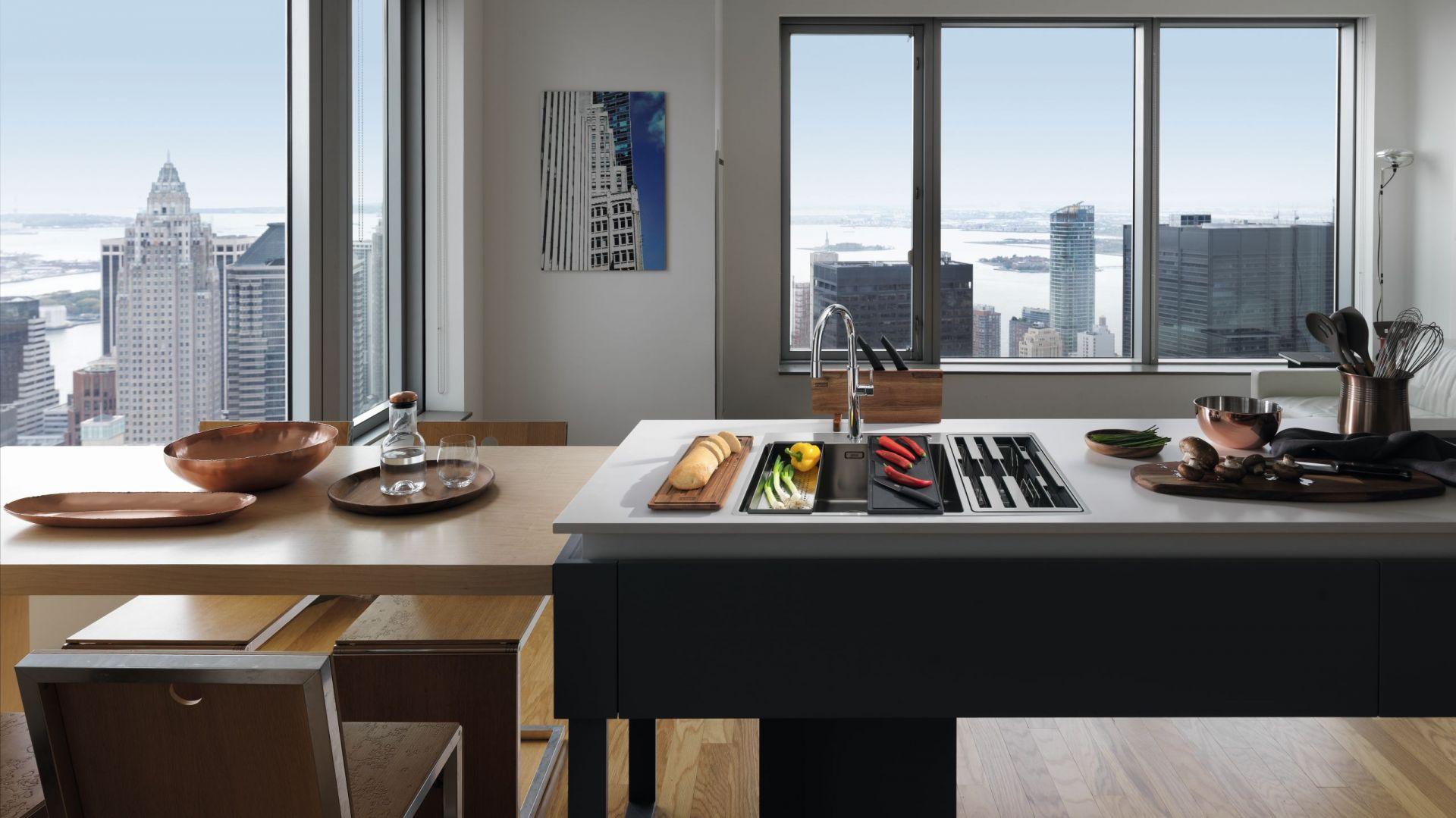 Franke Center Box łączy zlewozmywak i miejsce na zestaw akcesoriów: noży kuchennych,desek do krojenia oraz wkładki ociekowej. Fot. Franke