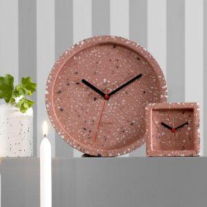 Zegary ścienne i budziki z kolekcji Tom z tworzywa imitującego lastryko w kolorze różowym lub szarym. Fot. Karlsson