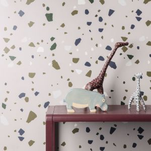 Tapeta Terazzo z linii WallSmart wydrukowana na podłożu filcowym.  Fot. Ferm Living,