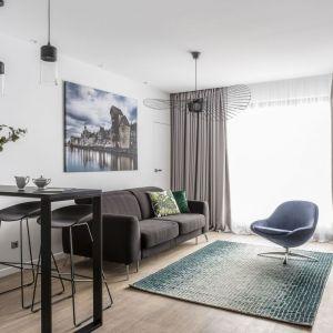 W tak urządzonym salonie wypoczniesz. Spokój i harmonię zapewnia połączenie szarości z odcieniami błękitu. Projekt: Estera Sosnowska, Robert Sosnowski Fot. Foro&Mohito
