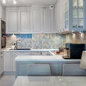 8A&K  -meble kuchenne w jasnym szarym kolorze doskonale ożywa ściana nad blatem. Dostępne w ofercie firmy A&K Kuchnie. Fot. A&K Kuchnie