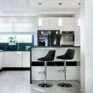 Biała kuchnia. Piękne wnętrza z polskich domów. Projekt: A&K Kuchnie. Fot. A&K Kuchnie