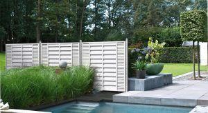 Jak zadbać o drewno na zewnątrz, aby służyło latami? Wybór właściwej pielęgnacji zależy od rodzaju, zastosowania i oczekiwanego efektu. Inne właściwości powinna mieć powłoka nasłonecznionej elewacji, a jeszcze inne tarasu przy domu lub bas