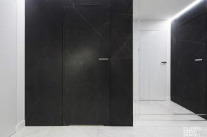 Na piętrze znajdują się sypialnie gospodarzy oraz łazienki. Projekt: Czajkowski Kuźniak Architekci. Fot. Archifolio / Tomasz Zakrzewski