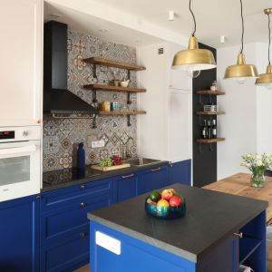 Ściana nad blatem w kuchni - piękne i praktyczne rozwiązania. Projekt: Anna Krzak. Fot. Bartosz Jarosz