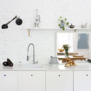 Ściana nad blatem w kuchni - piękne i praktyczne rozwiązania. Projekt: Ewelina Pik, Maria Biegańska. Fot. Bartosz Jarosz