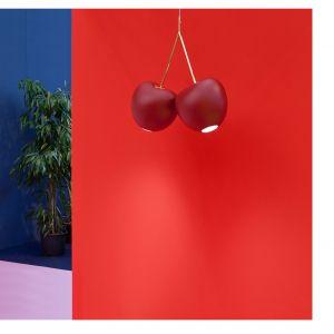 Czerwona lampa Cherry (proj. Nika Zupanc) w matowym wykończeniu. Fot. QeeBoo
