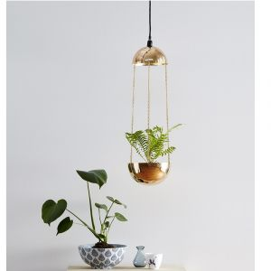 Lampa wisząca Grow z miejscem na roślinę doniczkową. Fot. Markslöjd