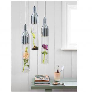 Lampa wisząca Bottle to połączenie metalowej oprawy i podłużnego szklanego klosza, w którym można hodować rośliny albo wstawić cięte kwiaty. Fot. Markslöjd