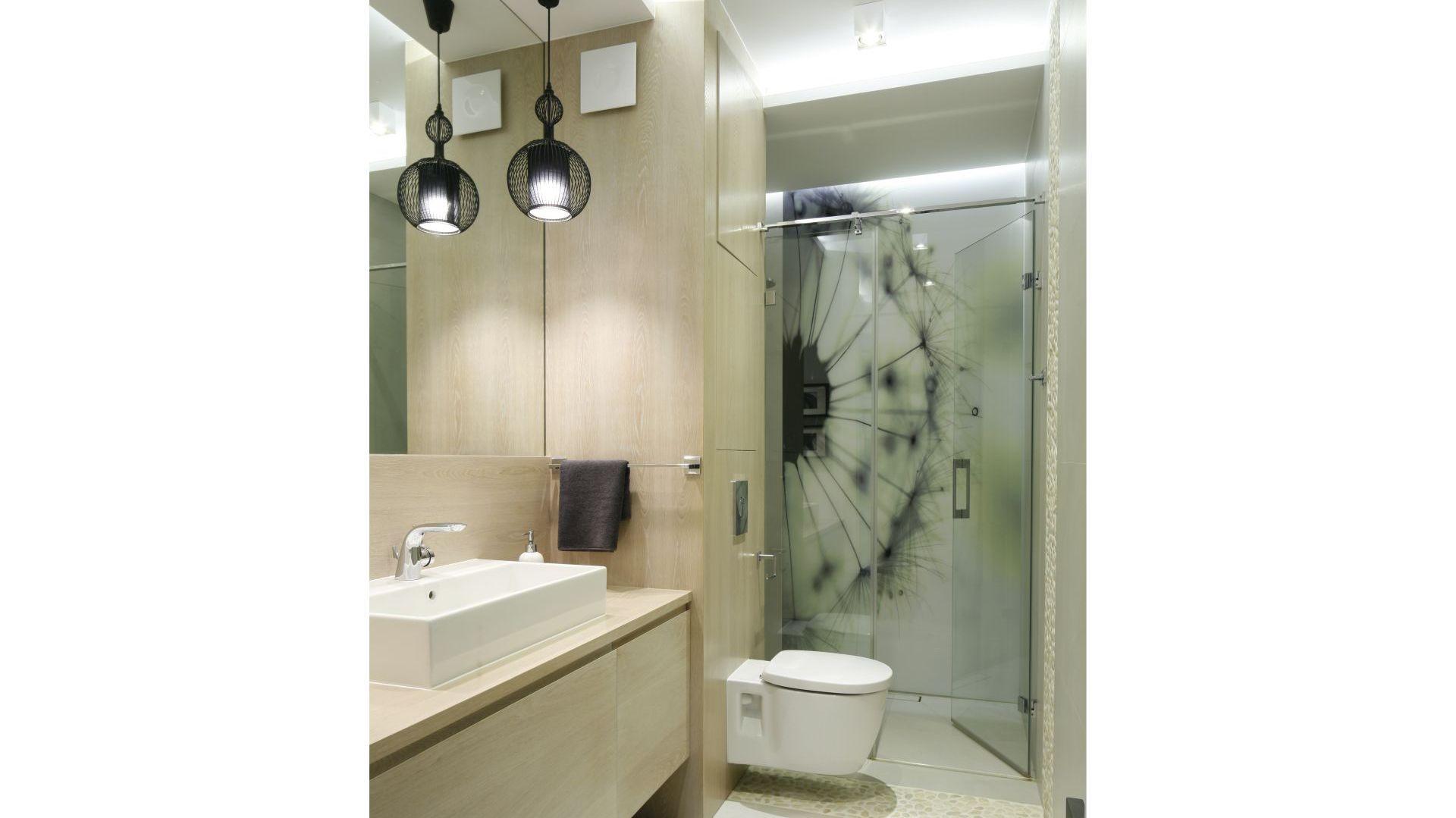 Duże lustro nad umywalką pozwoli optycznie powiększyć wnętrze. Projekt: Małgorzata Galewska. Fot. Bartosz Jarosz