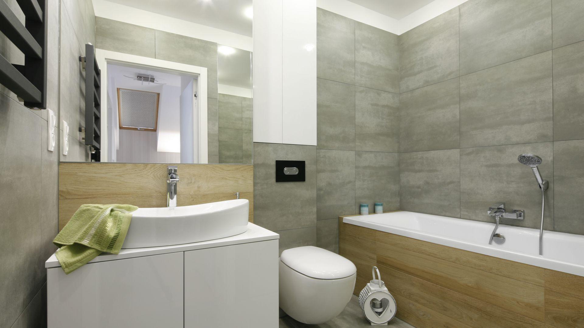 Łazienki, w których ten sam kolor oraz sposób wykończenia rozciąga się na wszystkie ściany, wydają się większe. Projekt: Katarzyna Uszok. Fot. Bartosz Jarosz