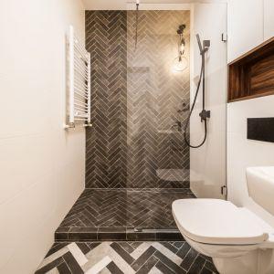 W niewielkiej łazience dobrym pomysłem jest rezygnacja z klasycznego brodzika na rzecz odwodnienia liniowego. Projekt i zdjęcie: KODO