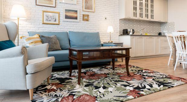 Wełniany ogród - roślinne motywy ozdobą podłogi w salonie