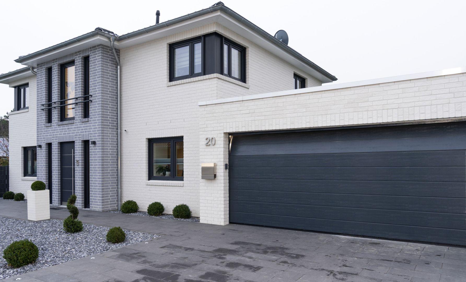Najpopularniejszym i najbardziej funkcjonalnym typem bramy garażowej jest brama segmentowa. Fot. Hörmann
