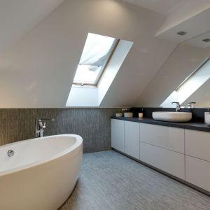 Bez wanny byłoby tu zbyt pusto. Dzięki niej przestronna łazienka zyskała niezbędny element dekoracyjny organizujący przestrzeń. Projekt: Małgorzata Mataniak-Pakuła. Fot. Radosław Sobik