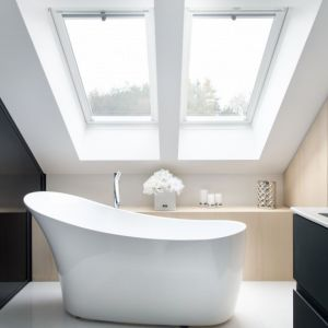 Wanna o nowoczesnej linii efektownie wygląda w salonowym wnętrzu tej ekskluzywnej łazienki.  Projekt: Eliza Polakiewicz. Fot. Marcin Mentel