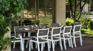 Lato to idealny moment, aby każdą wolną chwilę spędzać na powietrzu, dlatego spożywanie posiłków na przydomowym tarasie czy w ogrodzie to doskonały pomysł. Jaki stół wybrać do ogrodu, aby cieszyć się nie tylko jego funkcjonalnością ale t