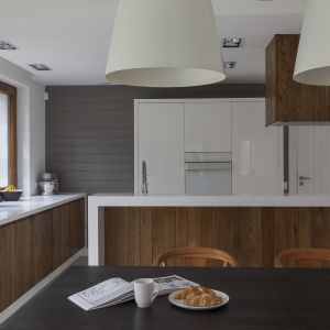 Kuchnia z wyspą. Projekt: MAFgroup. Fot. Emi Karpowicz