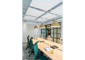 Wnętrza biura coworkingowego Solutions Rent przy Placu Małachowskiego  w Warszawie. Projekt: The Design Group. Fot. mat. prasowe Rockfon