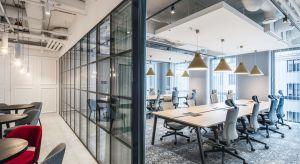 Otwarte w 2019 roku nowe biuro coworkingowe Solutions Rent doskonale wpisuje się w aktualne trendy projektowania przestrzeni biurowych.Zlokalizowane przy pl. Małachowskiego w Warszawie biuro mieści się w odrestaurowanej kamienicy Raczyńskich, pere�
