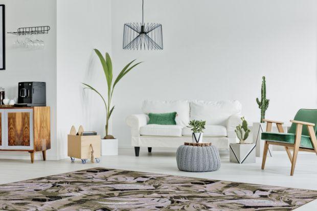Dywany z motywem florystycznym doskonale uzupełnią jasne, minimalistyczne wnętrza. Natomiast korespondujące dodatki w kolorach zielonym czy niebieskim sprawią, że wnętrze będzie stanowiło spójną i przemyślaną całość.