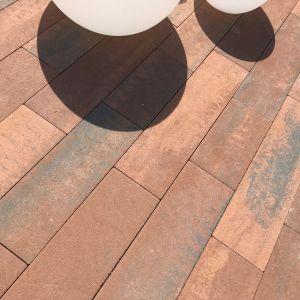 Kostka betonowa Polbruk Oland świetnie wkomponuje się w ogród otaczający nowoczesny budynek. Fot. Polbruk
