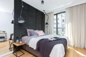 Przeznaczenie mieszkania nie narzuca konkretnej kolorystyki czy wyboru określonych mebli do sypialni. Projekt i zdjęcia: Decoroom