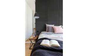 Symetrycznie osadzone nad łóżkiem lampki nocne umożliwiają niezależne korzystanie z oświetlenia i dyskretnie przemycają ideę modern loftu. Projekt i zdjęcia: Decoroom