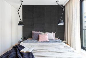 Możliwość rozdzielenia typowego łóżka dla pary na dwa pojedyncze to bardzo prosty zabieg pozwalający zarówno na przyjęcie gości, którym nie przeszkadza jedno duże miejsce do spania, jak i tych, którzy potrzebują osobnych materacy.  Projekt i zdjęcia: Decoroom