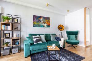 Wykończenie mieszkania wyróżniają szlachetne, głównie naturalne materiały i doskonała jakość. Na podłodze ułożono lite deski, a zastosowane płytki i gres pochodzą z Włoch. W salonie panuje bezpretensjonalna prostota o lekko surowym zacięciu soft loftu. Projekt i zdjęcia: Decoroom