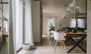 W jadalni stanął solidny drewniany stół otoczony lekkimi, wygodnymi krzesłami marki Hay. Projekt i zdjęcia: STUDIO.O. organic design