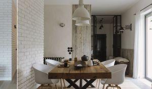 Oprawę dla mebli w jadalni stanowi ściana z białych cegieł. Projekt i zdjęcia: STUDIO.O. organic design