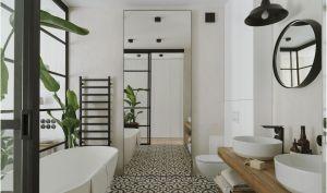 Ozdobę łazienki przy sypialni właścicieli stanowią rośliny i stylowa ceramika, która idealnie pasuje do pozostałych materiałów. Projekt i zdjęcia: STUDIO.O. organic design