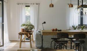 Pomieszczenia płynnie przechodzą w kolejne i uzupełniają się funkcjonalnie. Projekt i zdjęcia: STUDIO.O. organic design