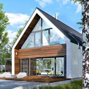 Ten taras zapewnia równowagę między drewnem a kamienną nawierzchnią. Posiada też zadaszenie chroniące przed ostrymi promieniami słońca. Projekt: Pracownia Projektowa Archipelag. Fot. Pracownia Projektowa Archipelag