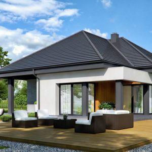 Drewno na tarasie to klasyka. Taras idealnie dopełnia przestrzeń niewielkiego domku jednorodzinnego. Projekt i zdjęcia: HomeKONCEPT