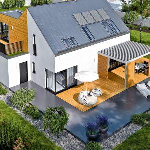 Taras wykończony drewnem doskonale prezentuje się w połączeniu z białą elewacją oraz szarym dachem. Projekt: Pracownia Projektowa Archipelag. Fot. Pracownia Projektowa Archipelag